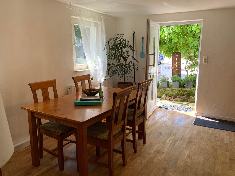 Wohnküche mit Herd, Geschirrspüler und Spüle