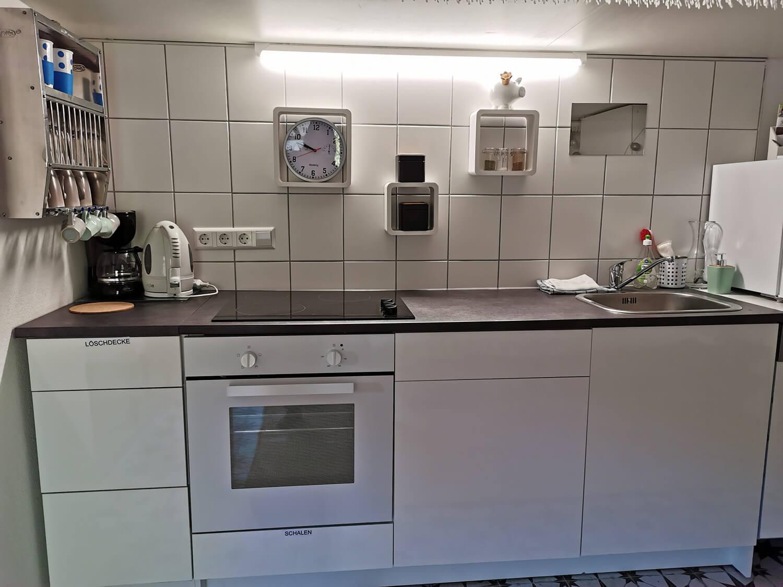 Küche mit Herd, Spüle und Geschirrspüler