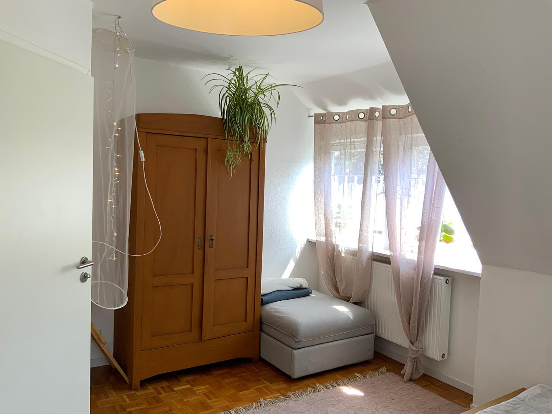 1. Schlafzimmer mit Schrank und mit Ausziehsessel