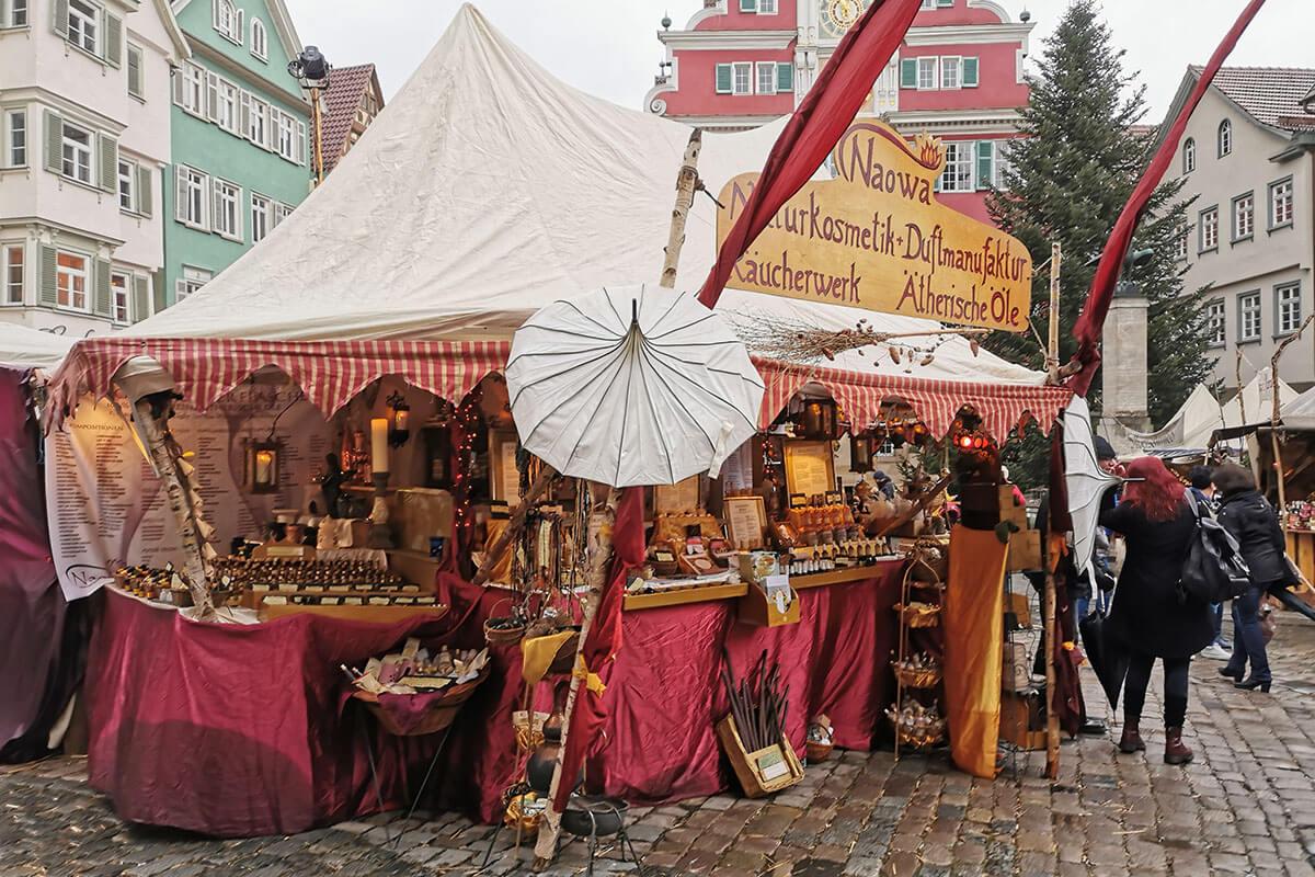 Großer Stand auf dem historischen Markt in Esslingen